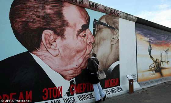 Женщина целует рисунок российского художника Дмитрия Врубеля, изображенный на Берлинской стене. На рисунке Леонид Брежнев целует своего коллегу из Восточной Германии Эриха Хонеккера
