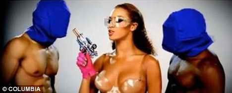 Доминирование: Бейонсе держит под прицелом футуристического пистолета двух мужчин в масках
