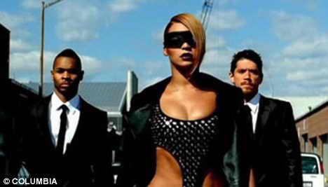 Футуристично: Beyonce выглядит как Rihanna, когда она идет по промышленному району в мини одежде и маске