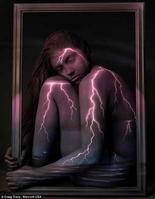 """Творческая работа """"Суровый климат"""": на теле и лице модели реалистично изображены молнии"""