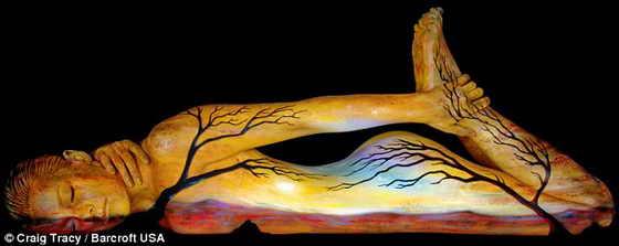 """Боди арт """"Двое вместе"""": очертания двух деревьев изображены на женском теле на фоне заката"""