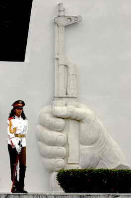 Женщина солдат стоит возле Мавзолея международному советскому солдату во время церемонии празднования Большевистской революции 1917 года в Гаване