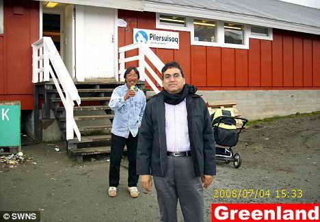 Вот она какая Гренландия: Каши Самаддар позирует на странной фотографии, где на заднем фоне видны коляска и местный житель, который сам решил сфотографировать путешественника-рекордсмена