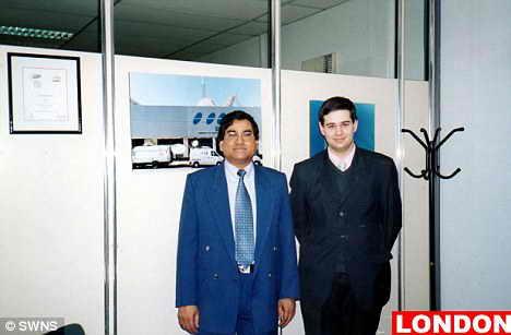 А вот и Лондон: Каши Самаддар стоит со своим другом в офисе Британской столицы