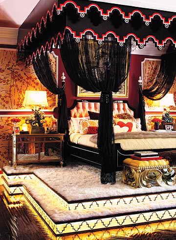 Певица говорит, что чувствует себя на огромной кровати как на троне. Не удивительно, ведь у нее экстравагантная 4-местная кровать