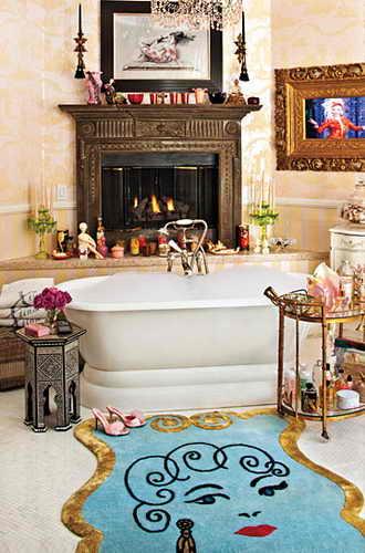 В ванной комнате известной певицы лежит шикарный ковер Lulu Guinness. Для Агилеры ванная комната является еще одним местом для размещения столь любимых ее штучек - свечей, статуэток, флаконов и даже марокканского стильного, эклектичного столика