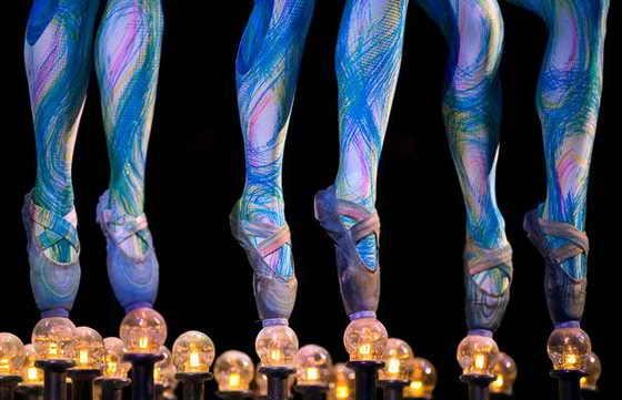 """Группа акробатов из канадской цирковой труппы Cirque du Soleil представляют шоу """"Dralion"""" в Мехико"""