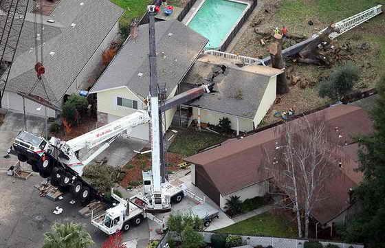 Мишель и Кевин Маккарти вернулись в свой дом в Санта-Роза, штат Калифорния, и обнаружили, что на него упал 50-тонный строительный кран и расколол его практически на двое