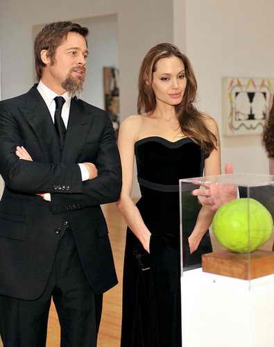 Брэд Питт и Анджелина Джоли представили свою лимитированную линию ювелирных изделий на этой неделе. Коллекция, вдохновением которой послужила змея, будет продаваться посредством в ювелирным бутиках Asprey в Лондоне, Нью-Йорке, Беверли Хиллз, Токио и Дубаи