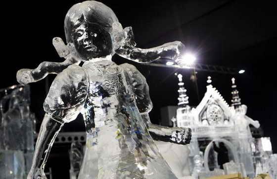Голландский фестиваль ледяных скульптур в Рурмонде, Голландия. Пятьдесят художников со всего мира работали на 8 градусов морозе для создания скульптур из снега и льда