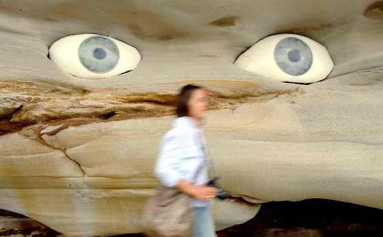 """На выставке """"Скульптура у моря"""" (Sculpture By The Sea) австралийские скульпторы Tim и Shayn Amber Wetherell представили свое необычное творение искусства """"Глаз видит вас"""" (Eye See You), сделав глаза из гипса в песочной скале"""