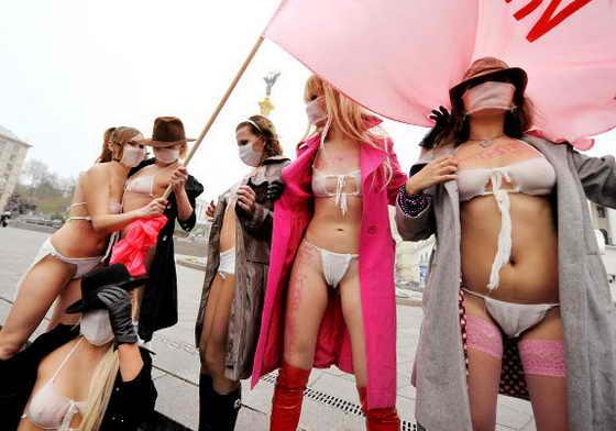 Активистки украинского женского движения Femen в нижнем белье из защитных масок в ходе антистрессового движения на Майдане Незалежности в Киеве 9 ноября 2009 года. Активистки Femen выступили против использования свиного гриппа A/H1N1 правительством и другими политическими силами в качестве политического инструмента для создания паники среди населения в преддверии предстоящих президентских выборах в январе 2010. Хотя эпидемия гриппа унесла 189 жизней в Украине, и власти делают все возможное, чтобы остановить ее распространение путем закрытия школ, университетов и отмены политических митингов