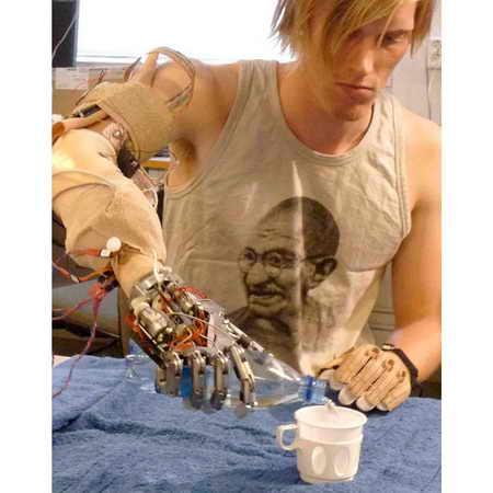 Шведские и итальянские ученые создали впервые роботизированну руку, которая дает ивалиду с ампутированной рукой чувство осязания. Когда Smarthand прижимаешь к какому-нибудь объекту, активизируются 40 сенсоров, которые хирургическим образом крепятся к нервным окончаниям в руке
