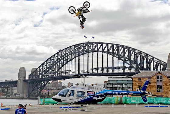 Американец Трэвис Пастрана (Travis Pastrana) совершил невероятный прыжок на мотоцикле через вертолет на высоту 13 метров на фоне Сиднейского моста Sydney Harbour Bridge