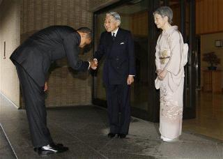 Поклон Обамы императору Японии