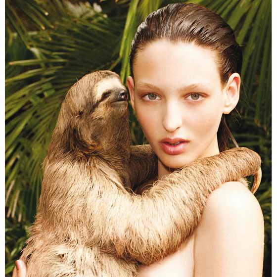 Джорджина Стожилкович (Georgina Stojiljkovic) держит ленивца, позируя для Pirelli октября