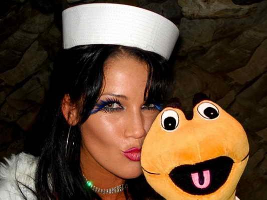 Сексуальная брюнетка-морячка со своим неординарным другом
