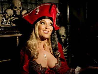 Как вам такой sexy пират в нижнем белье вместо костюма ;)