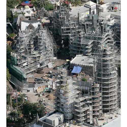 В Universal Studios, Орландо, Флорида, полным ходом идет строительство тематического парка развлечений Гарри Поттера. Фото - вид парка развлечений с воздуха