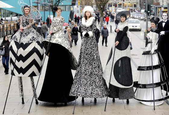"""Модели на ходулях представляют """"Высокую моду"""" на известном бульваре """"Jungfernstieg"""" в Гамбурге на севере Германии"""