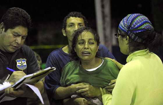 Родственники поддерживают мать, которая никак не может найти сына в импровизированном морге в Технологическом институте в Сан-Висенте, примерно в 70 км к востоку от Сан-Сальвадора