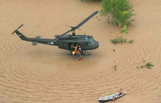Сальвадорский вертолет военно-воздушных сил спасает группу людей в затопленном районе Ла Коста-де-Эль-Соль, в 66 км к югу от столицы страны Сан-Сальвадор