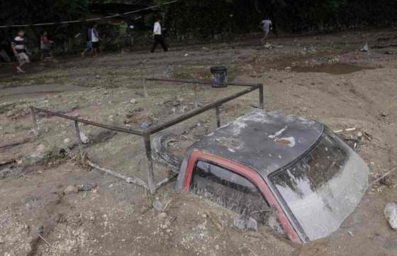 По меньшей мере 300 домов в Верапасе были затоплены, после того, как река вышла из берегов. Грязь в этом регионе местами поднималась так высоко, что полностью поглотила автомобили