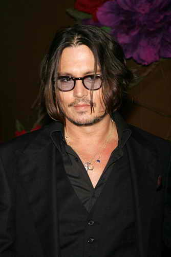 """Звезда """"Пиратов Карибского моря"""" и один из самых высокооплачиваемых актеров Голливуда Джонни Депп возглавил список """"Самые сексуальные мужчины из ныне живущих"""" уже во второй раз. Актер удостоился данной чести впервые в 2003 году"""