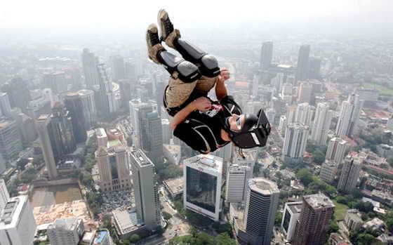 """Пол Мортон выполняет акробатический прыжок с небоскреба Куала Лумпур во время фестиваля """"Международный прыжок с небоскреба Куала Лумпур"""""""