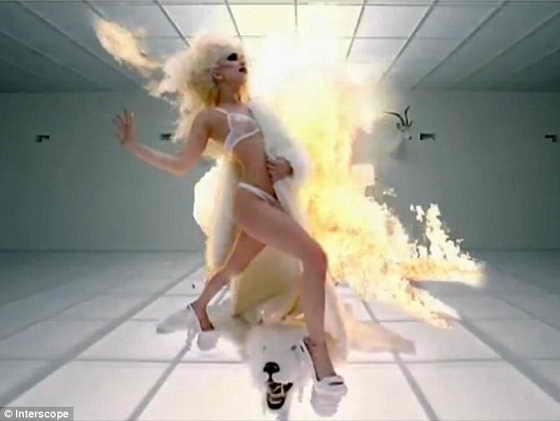 Зажигалка: 23-летняя звезда смотрится обворожительно зажигально в белом белье и шубе на фоне огня
