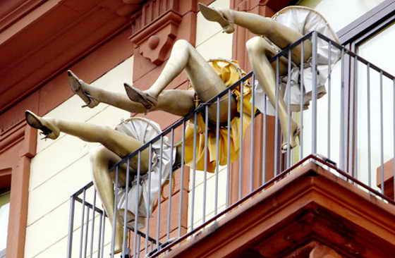 Фо Франкфурте с одного из балконов свисают красивые ножки манекенов в юбках