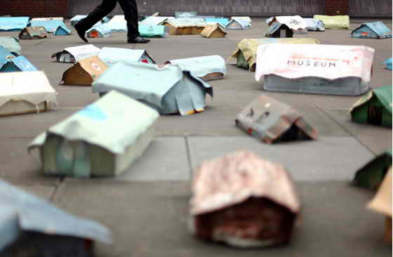 Немецкий скульптор Hermann Josef Hack установил на Лондонской мосте тысячелетия (Millenium Bridge) миниатюрные палатки с указанием городов Брюсселя, Берлина, Дублина, Мадрида, как часть кампании для выделения средств Европейским Союзом на борьбу с изменением климата
