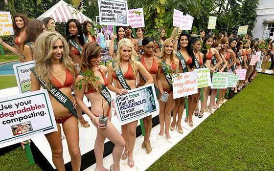 Некоторые девушки решилпоступить оригинальнее других: вместо лозунгов они держат цветы или растения