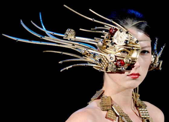 """На фото модель демонстрирует футуристический образ, созданный кондитером Кокатсу Канда на японском показе мод """"Сладкая коллекция Токио 2009"""""""
