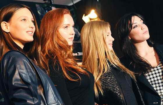 Модели Джорджина Стожилкович, Лили Коул, Мелос Хорст и Дейзи Лоу позируют на презентации Календарь Pirelli 2010 года в Лондоне