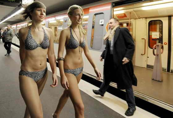 Модели в бикини идут по немецкому метро в Гамбурге, как часть рекламной акции магазина