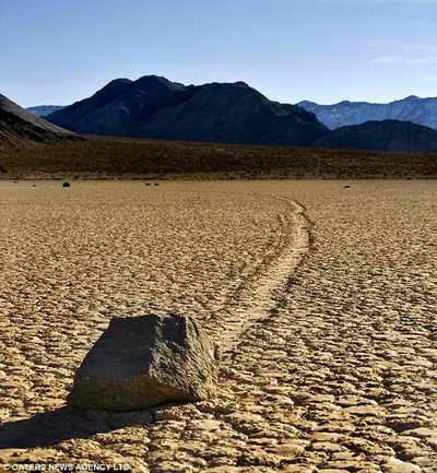 Передвигающиеся камни в Долине Смерти