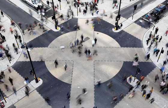 Пешеходы переходят через новый диагональный перекресток на улице Oxford Circus в Лондоне. Дизайн необычного перекрестка обошелся в £5 миллионов ($8,2 миллиона) и был спроектирован на манер перекрестка Сибуя в Токио