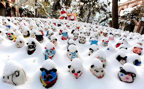Покрытые снегом скульптуры панд украшают вход в корпус панды в пекинском зоопарке 10 ноября 2009 года. Китайские ученые искусственно вызвали вторую снежную метель, чтобы противостоять стихийному бедствию от сильнейшего снегопада в Пекине в этом сезоне, по этому поводу в Китае не прекращаются дебаты об опасной игре и попытке починить Мать Природу