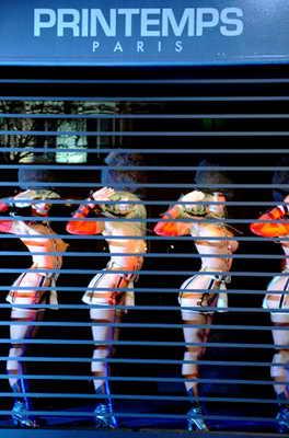 """Танцовщицы французского кабаре """"Paris Crazy Horse"""" стоят в витрине магазина """"Le Printemps"""" в Париже во время танцевального представления """"Боже, храни нашу обнаженную кожу"""""""
