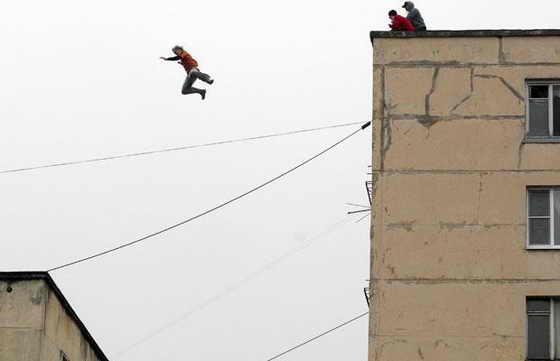 Шокирующее фото: Российский энтузиаст и любитель паркура прыгнул с крыши 8-этажного здания на крышу пятиэтажного дома в Санкт-Петербурге