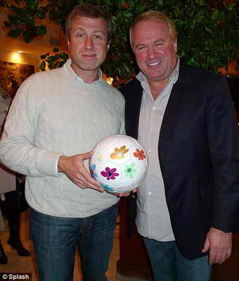 Владелец итальянского ресторана Нелло Балан преподнес Роману Абрамовичу футбольный мяч в подарок