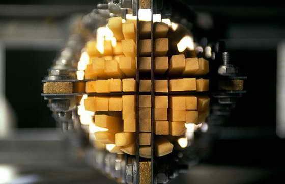 Фабрика по приготовлению чипсов. Картофель проталкивается через сетку ножей в процессе приготовления чипов