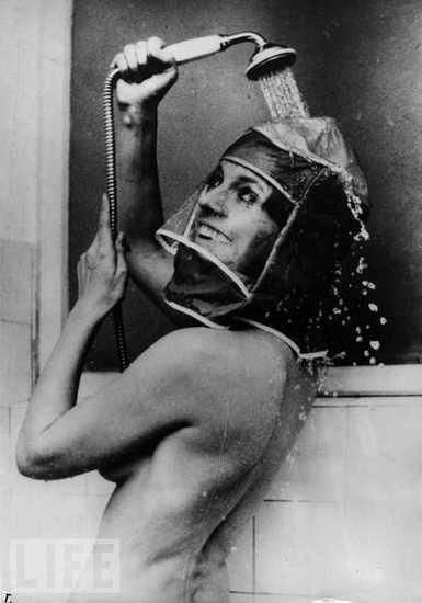 Такое может придумать только женщина - принимать душ с макияжем, но прикольная и смешная шапочка для душа для принятия душа с макияжем действительно существовала