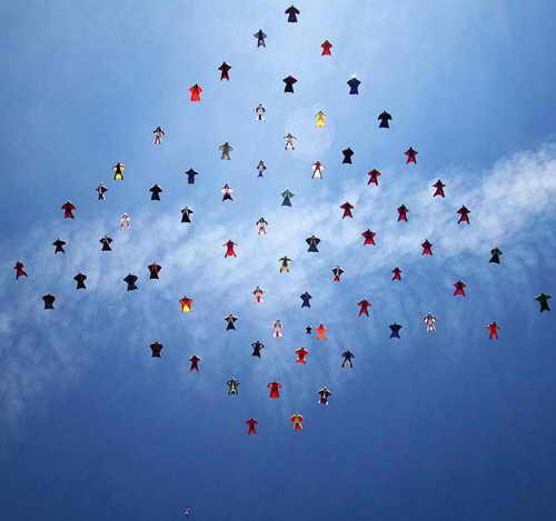 Команда смелых парашютистов из 70 человек собрались на озере Эльсинор в Калифорнии, пытаясь побить мировой рекорд по совершению трюков в воздухе