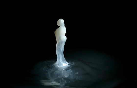 Для этого фигурного всплеска фотограф использовала каплю молока, которая упала на воду, разлитую в сковородке