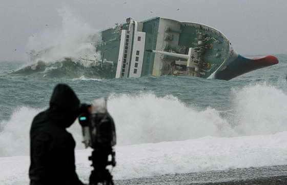 Торговый корабль Ariake перевернуля с грузом в 3 300 тонн и 28 пассажирами и членами команды из-за шторма в Тихом океане, недалеко от побережья Кумано, Япония