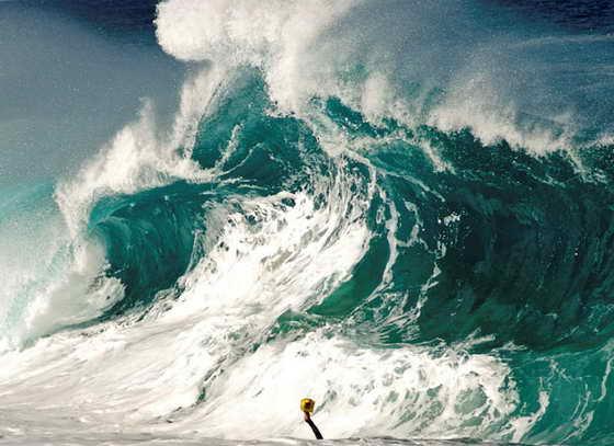 Из огромной волны видна рука Кларка Литтла и его фотоаппарат