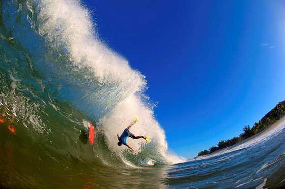 Порой фотографии волн и серфингистов превращаются в настоящие шедевры