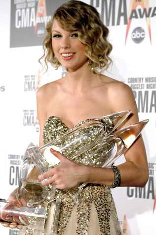 Исполнительница кантри музыки, певица Тейлор Свифт (Taylor Swift) взяла главные награды на 43-й ежегодной церемонии награждения Country Music Awards: Видео Года, Альбом Года, Исполнительница Года и Певица Года